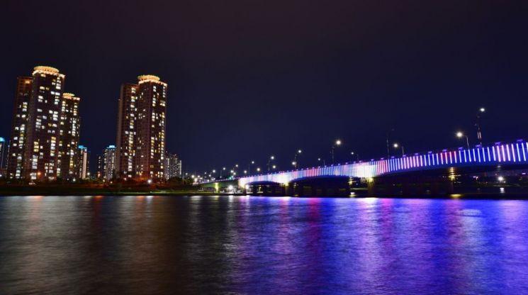 형산강에 비친 연일대교 LED조명 '장관' … 포항시, 15억 들여 완공
