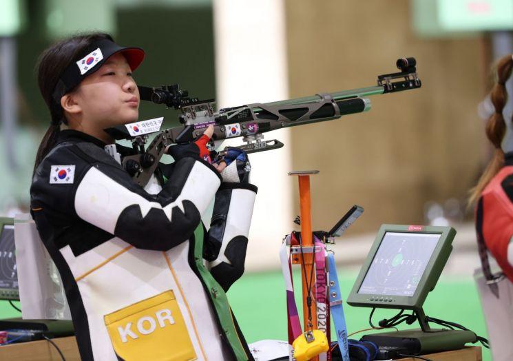 권은지가 24일 도쿄 아사카 사격장에서 열린 도쿄올림픽 여자 10m 공기소총 예선에서 사격 후 호흡을 고르고 있다. (사진=연합뉴스)