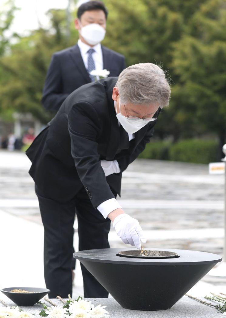 지난 5월 6일 이재명 경기지사가 경남 김해시 진영읍 봉하마을 고(故) 노무현 전 대통령 묘역을 참배하고 있다. [이미지출처=연합뉴스]