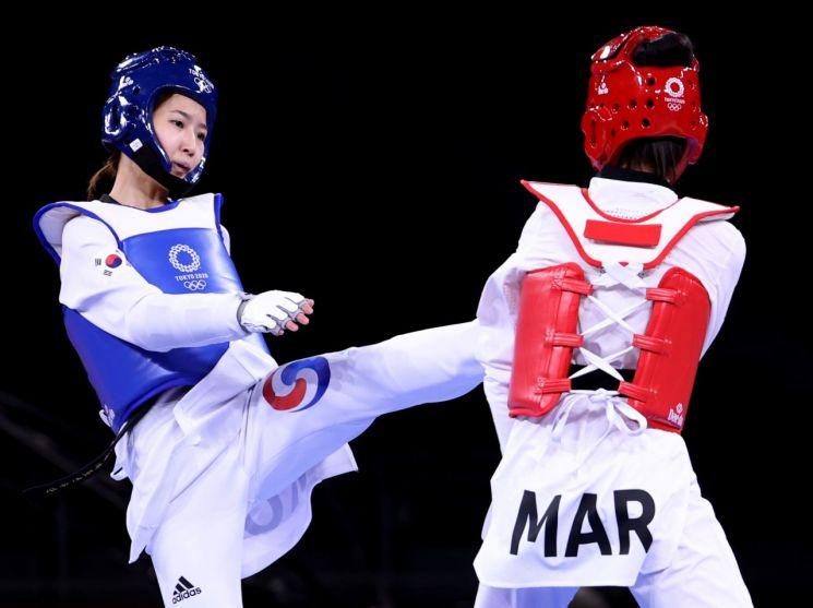 심재영이 24일 도쿄 마쿠하리 메세 A홀에서 열린 도쿄올림픽 여자 태권도 49㎏급 16강 경기에서 모로코의 오우마이마 엘 부슈티에게 공격을 하고 있다. (사진=연합뉴스)