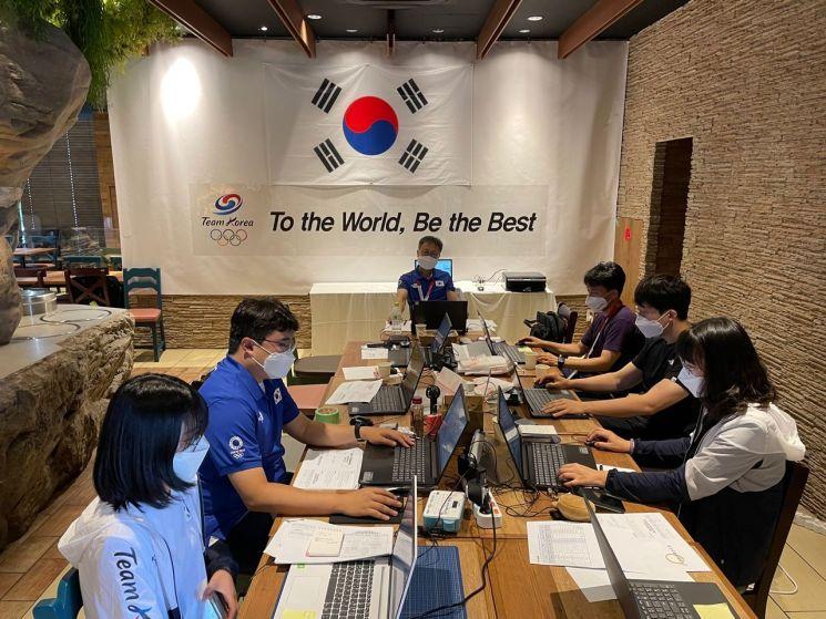대한체육회가 지난 20일 일본 도쿄올림픽에 출전한 한국 선수단을 지원하는 현지 급식지원센터에서 상황을 점검하고 있다. [이미지출처=연합뉴스]