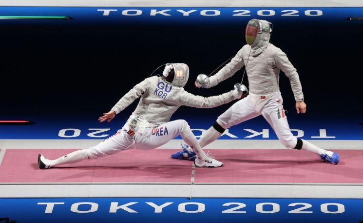 펜싱 사브르 국가대표 구본길(왼쪽)이 24일 일본 마쿠하리 메세홀에서 마튀아스 스차보(독일)와 도쿄올림픽 32강전을 하고 있다. (사진=연합뉴스)