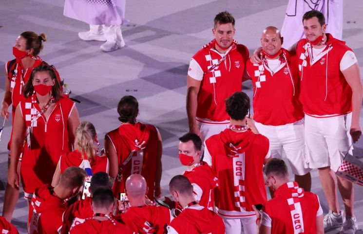 23일 일본 도쿄 신주쿠 국립경기장에서 열린 2020 도쿄올림픽 개막식에서 크로아티아 선수들이 마스크를 벗고 기념촬영하고 있다. (사진=연합뉴스)