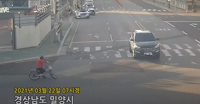 지난 22일 유튜브 채널 '한문철 TV'에 비접촉 교통사고로 치료비 2200만원을 물어준 한 운전자의 사연이 공개됐다. [사진=유튜브 '한문철 TV' 캡처]