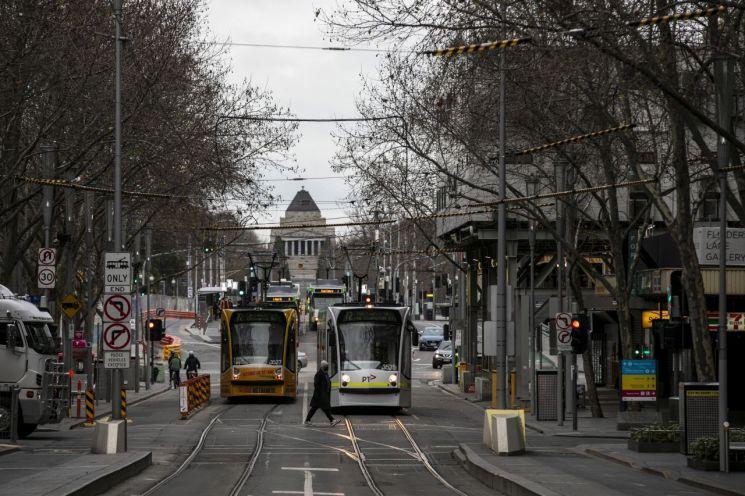 코로나19 봉쇄 지속되는 호주 멜버른           (멜버른 EPA=연합뉴스) 호주 제2 도시 멜버른에 신종 코로나바이러스 감염증(코로나19) 봉쇄령이 내려진 가운데 20일(현지시간) 한 행인이 통행이 드문 스완스톤 거리를 건너고 있다. 멜버른을 포함한 빅토리아주에서는 코로나19 델타 변이 차단을 위해 지난 15일부터 다섯번째 봉쇄 조치가 발효됐다.      jsmoon@yna.co.kr (끝)   <저작권자(c) 연합뉴스, 무단 전재-재배포 금지>
