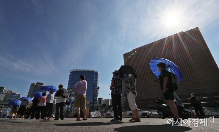 최근 20일동안 천명 대 신규 확진자가 발생하고 있는 25일 서울역 선별진료소에 많은 시민들이 검사를 받기 위해 줄을 서고 있다./윤동주 기자 doso7@