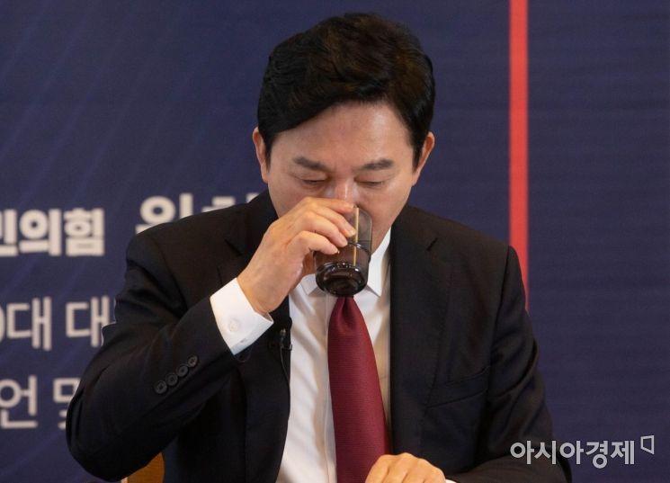 원희룡 제주도지사가 25일 서울 여의도 하우스 카페에서 비대면 방식으로 대통령 선거 출마 선언을 하는 도중 물을 마시고 있다./윤동주 기자 doso7@