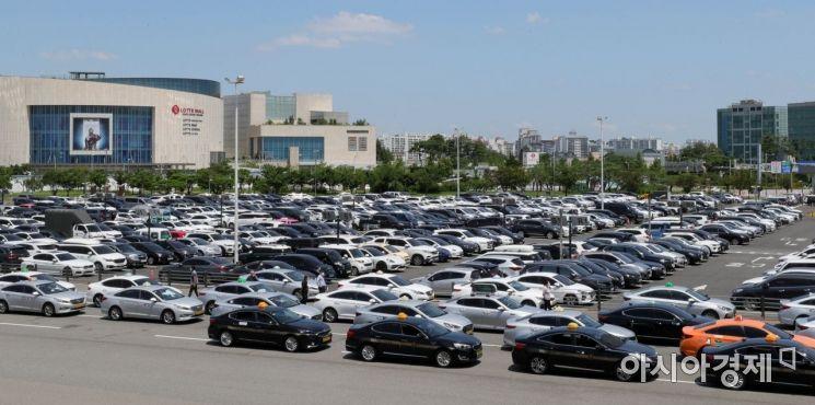 본격적인 여름 휴가철이 시작된 25일 서울 강서구 김포공항 국내선 주차장이 차량으로 가득하다./윤동주 기자 doso7@