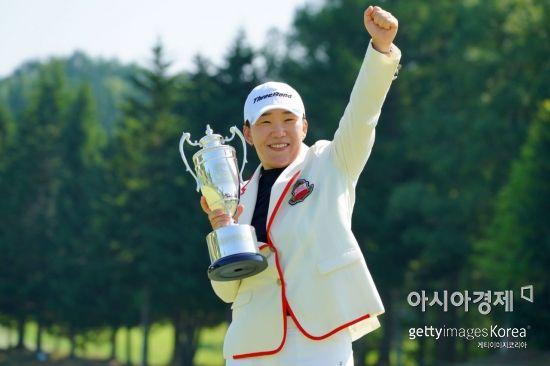 신지애가 다이토겐타구이헤야넷레이디스 우승 직후 트로피를 들고 환호하고 있다. 삿포로(일본)=Getty images/멀티비츠