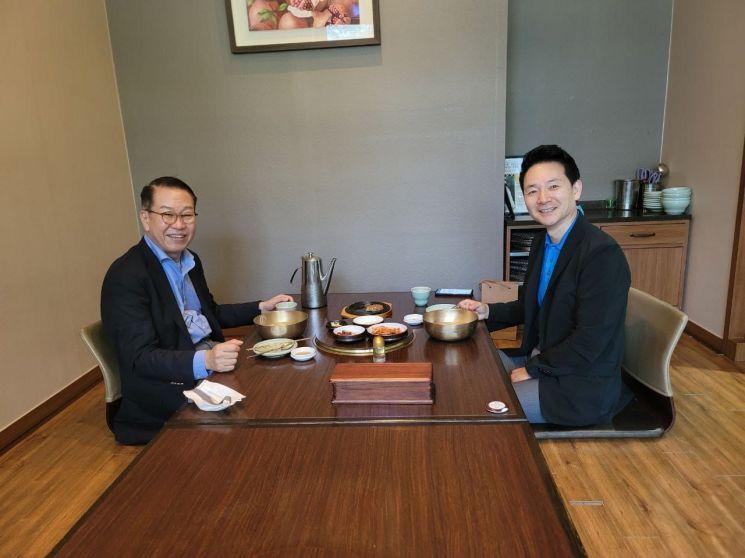 장성민 전 의원(오른쪽)과 권영세 국민의힘 대외협력위원장이 25일 서울 마포구 한 식당에서 오찬 회동을 진행하고 있다 (사진제공=장 전 의원 페이스북 캡처)