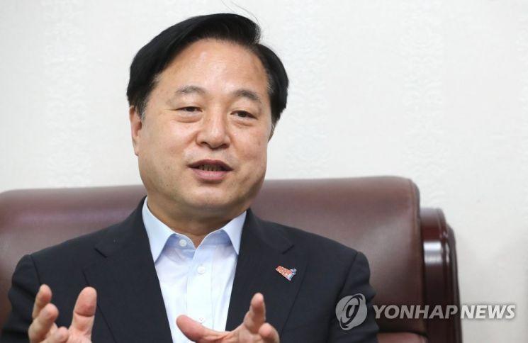 더불어민주당 대권주자인 김두관 의원이 국회 의원회관 사무실에서 연합뉴스와 인터뷰하고 있다.