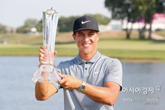 캐머런 챔프가 3M오픈 우승 직후 트로피를 들고 환하게 웃고 있다. 블레인(미국)=Getty images/멀티비츠