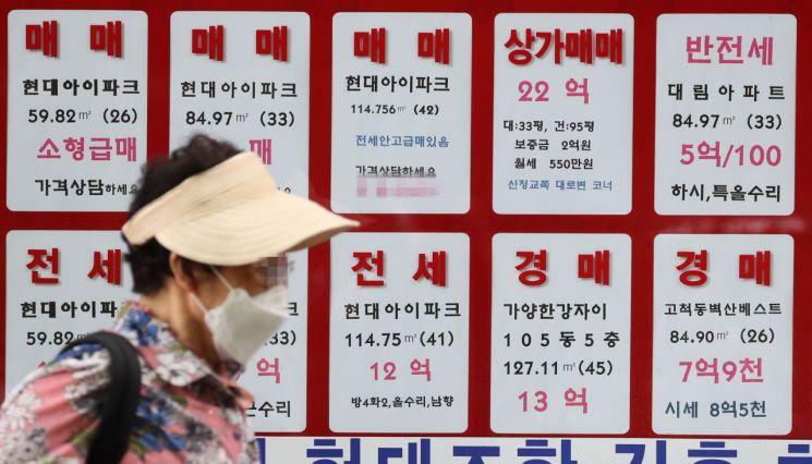 서울 양천구의 한 공인중개사에 붙은 매매 및 전세가격표 모습 [이미지출처=연합뉴스]