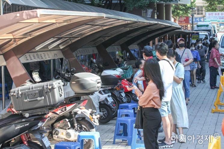 전국 대부분 지역에 '폭염특보'가 발령된 26일 서울 관악구보건소에 마련된 선별검사소를 찾은 시민들이 코로나19 검사를 받기 위해 대기하고 있다./강진형 기자aymsdream@