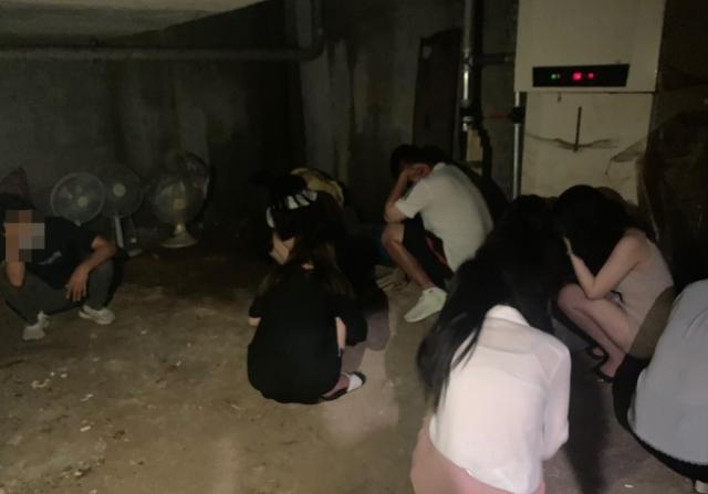 지난 23일 경기도 의정부시 한 유흥업소의 비밀 공간에 손님과 종업원들이 숨어 있다가 적발됐다. 사진제공=경기북부경찰청