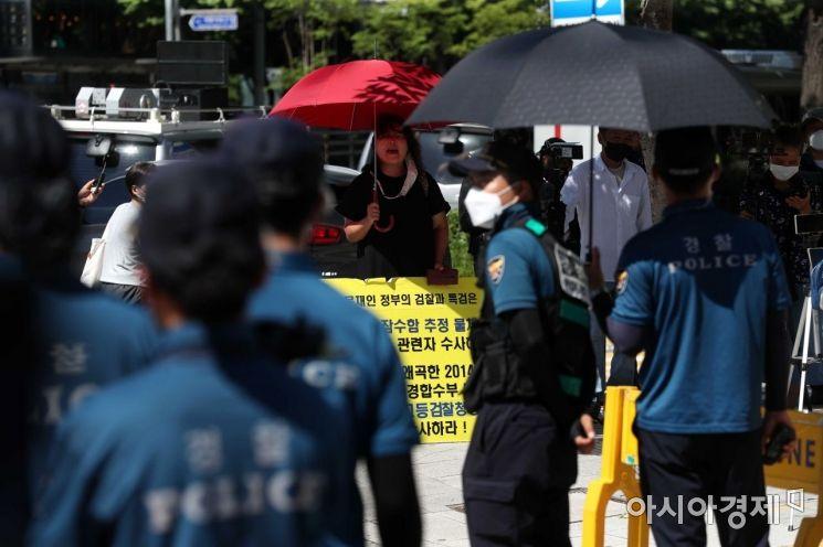 세월호 기억공간 인근에서 한 시민이 기억관 철거 중단을 촉구하고 있다. /문호남 기자 munonam@