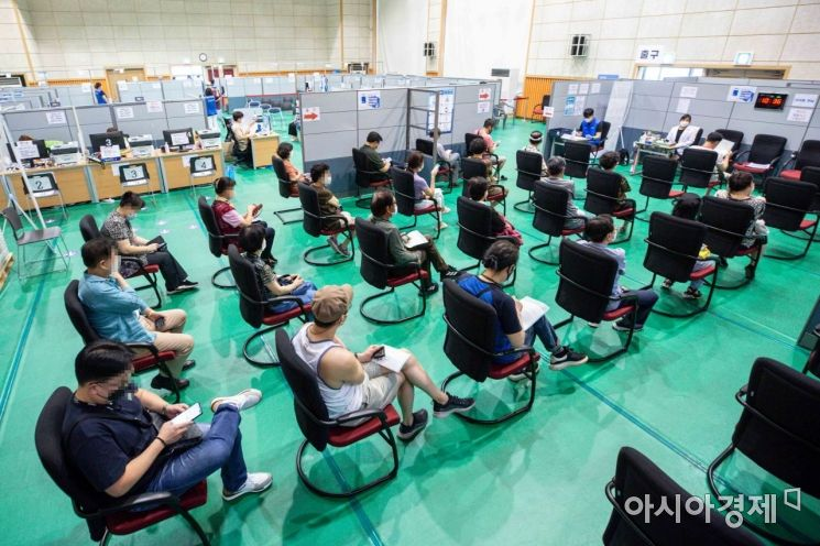 55세에서 59세 코로나19 백신 접종이 시작된 26일 서울 강서구 백신접종센터를 찾은 시민들이 백신을 접종하고 있다./강진형 기자aymsdream@