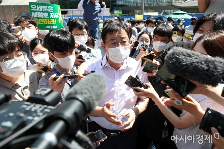 김혁 서울시 총무과장이 기억공간 철거 관련 취재진 질문에 답변하고 있다. /문호남 기자 munonam@