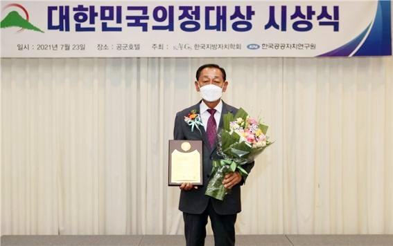 '제15회 대한민국 의정 대상' 시상식에서 강찬원 의장이 '전국 최고 의장상'을 수상했다. (사진=영암군 제공)