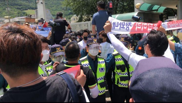 김경수 전 지사가 수감된 26일 창원교도소 앞에서 지지자와 반대 측 시민들이 맞서고 있다./박새얀기자sy77@