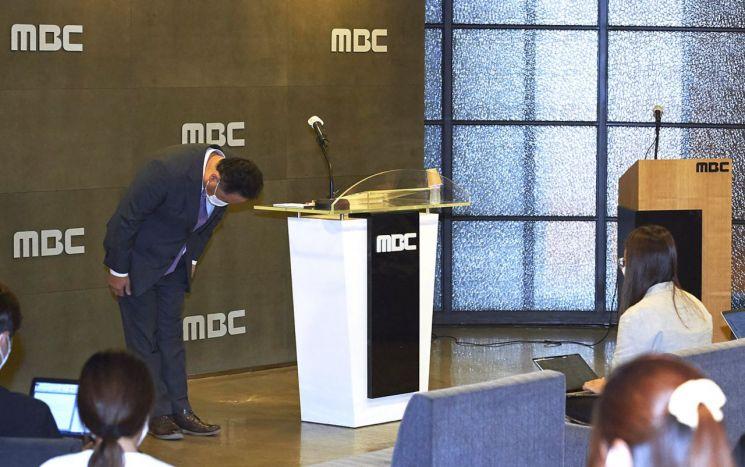 박성제 MBC 사장이 26일 오후 서울 마포구 상암동 MBC에서 열린 기자회견에서 개회식과 남자 축구 중계 등에서 벌어진 그래픽과 자막 사고 등에 대해 대국민 사과를 하고 있다./사진=연합뉴스