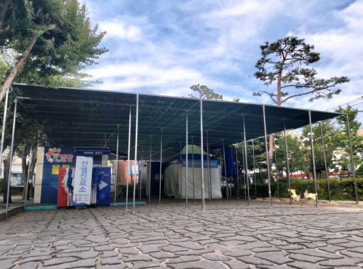 경남 밀양시가 폭염으로부터 선별진료소를 방문하는 시민과 의료진을 보호하기 위해 252㎡ 크기의 대형 차광막을 설치했다.