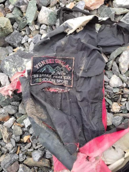 히말라야 브로드피크 베이스캠프 인근에서 22년 전 실종된 허씨의 시신과 함께 발견된 연세대 산악부 로고의 재킷과 깃발이 발견됐다./사진=연합뉴스