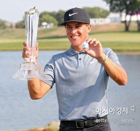 캐머런 챔프가 3M오픈 우승 직후 트로피를 들고 기념 촬영을 하고 있다. 블레인(미국)=Getty images/멀티비츠