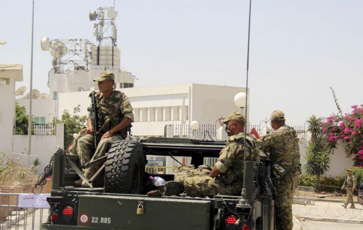 26일(현지시간) 튀니지 수도 튀니스에서 튀니지 군이 국영방송사 사옥 주변을 둘러싼 채 방송사 출입을 통제하고 있다. [이미지출처=AP연합뉴스]