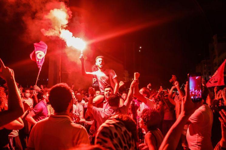 카이스 사이에드 대통령을 지지하는 시위대가 25일(현지시간) 튀니지 수도 튀니스의 한 길거리에서 대통령의 총리 해임 소식에 환호하고 있다. [이미지출처=EPA연합뉴스]