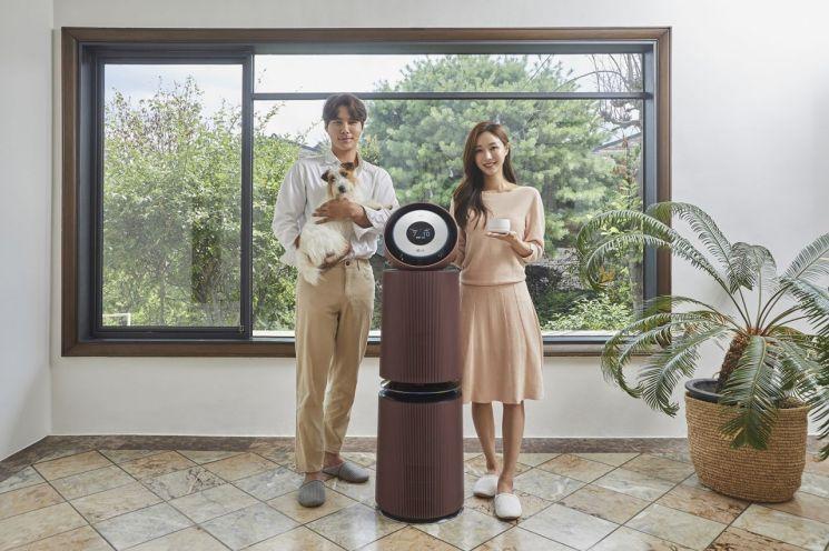 LG전자가 반려동물을 키우는 가구를 위해 '퓨리케어 360° 공기청정기 펫 알파 오브제컬렉션'을 27일 출시했다. 모델들이 신제품을 소개하고 있다./사진제공=LG전자