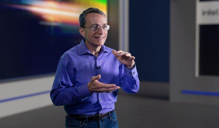 인텔 팻 겔싱어 CEO가 26일(현지시간) 반도체 공정 및 패키징 로드맵을 발표하고 있다.(사진제공=인텔코리아)