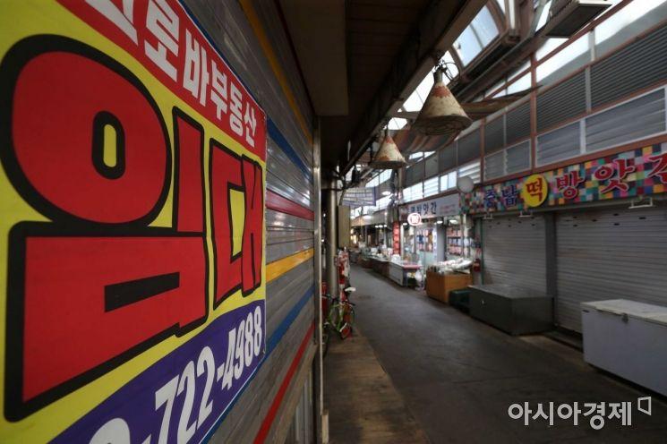 코로나19 확산세와 폭염 이중고가 기승을 부린 27일 서울 종로구 통인시장이 한산하다. /문호남 기자 munonam@