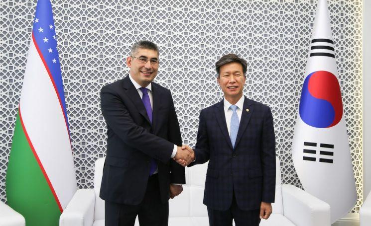 김대지 국세청장(오른쪽)이 쉐르조드 쿠드비예프 우즈베키스탄 국세청장(왼쪽)과 우즈베키스탄 타슈켄트 현지에서 국세청장회의를 갖고 기념촬영을 하고있다.