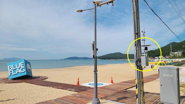 완도군은 신지 명사십리 해수욕장 이용 관광객 통계의 정확성을 높이기 위해 스마트 무인계측기 5대를 설치했다. (사진=완도군 제공)