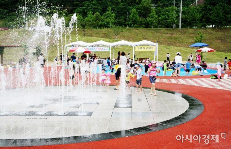 안동시 강변시민공원 어린이물놀이장 모습.
