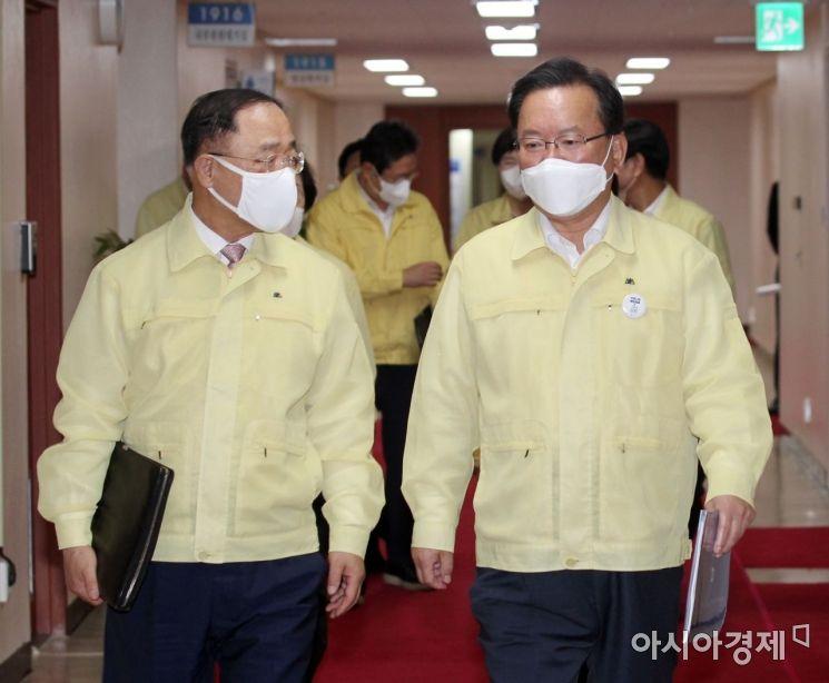 [포토] 국무회의 향하며 대화하는 김부겸-홍남기