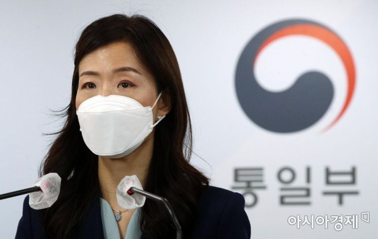 [포토] 남북 통신연락선 복원 브리핑하는 이종주 통일부 대변인