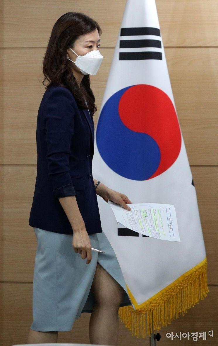 [포토] 남북 연락선 복원 관련 브리핑 향하는 이종주 대변인