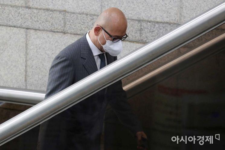 법원 들어서는 이해욱 DL그룹 회장. /문호남 기자 munonam@