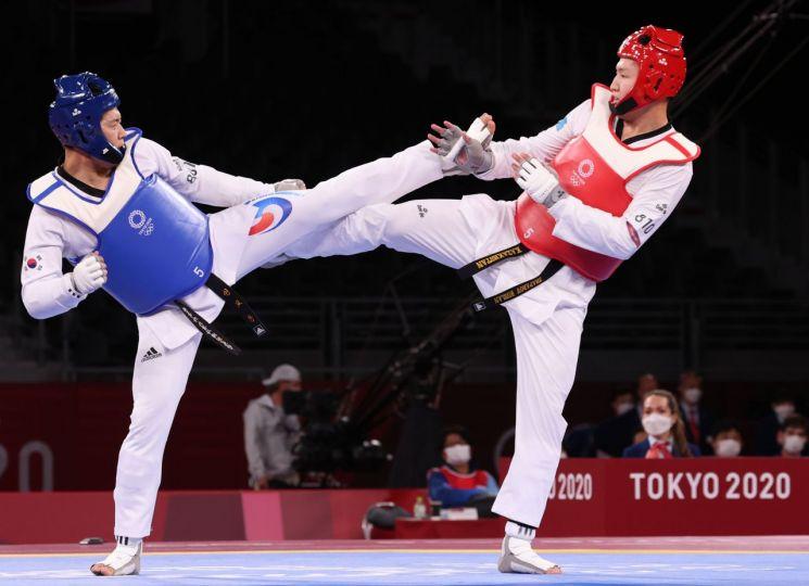 인교돈 선수(왼쪽)가 27일 일본 마쿠하리 메세홀에서 열린 도쿄올림픽 남자 태권도 80㎏ 초과급 8강전을 치르고 있다. [이미지출처=연합뉴스]