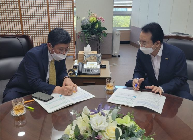 국비확보를 위해 기획재정부를 찾은 김종식 목포시장 (왼쪽 안도걸 기획재정부 2차관, 오른쪽 김종식 목포시장). 사진 = 목포시 제공