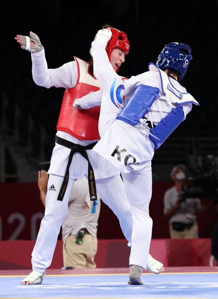 27일 일본 마쿠하리 메세홀에서 열린 도쿄올림픽 여자 태권도 67㎏ 초과급 준결승전에서 한국 이다빈(오른쪽)이 영국 비앙카 워크던에게 발차기 공격을 하고 있다. [이미지출처=연합뉴스]