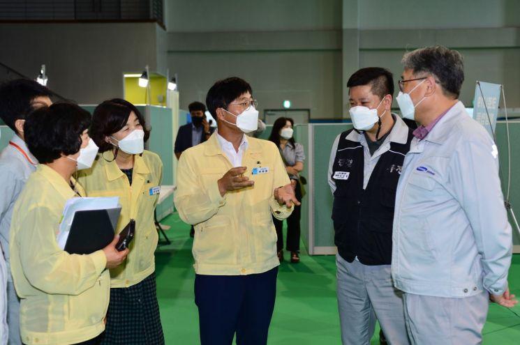 경남 거제시 변광용(가운데) 시장이 삼성중공업 자체 코로나19 백신 접종 현장을 방문해 관계자들을 격려하고 있다.[이미지출처=거제시]