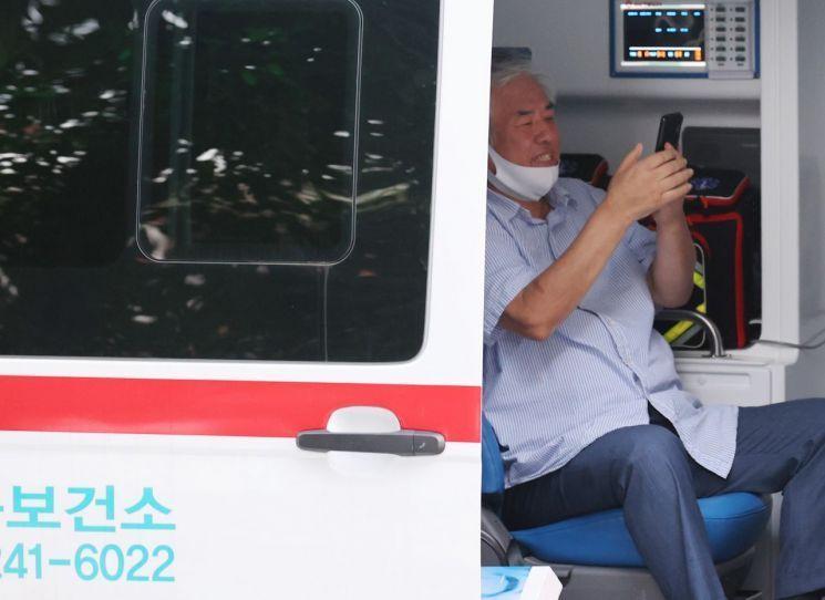 코로나19 확진 판정을 받은 전 목사가 지난해 8월17일 오후 서울 성북구 사랑제일교회 사택을 나와 성북보건소 차량에 탑승하고 있다. / 사진=연합뉴스