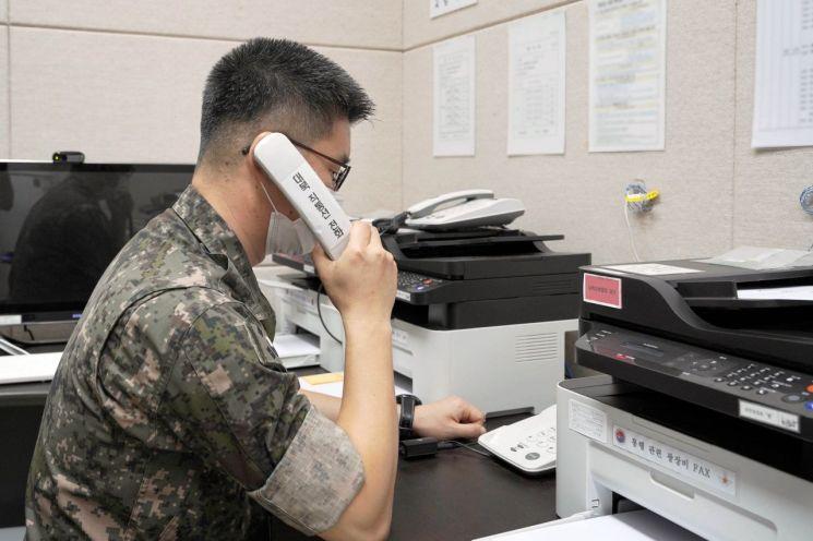 남북 간 통신연락선이 복원된 27일 오후 군 관계자가 서해지구 군 통신선을 활용해 시험통화를 하고 있다. [이미지출처=연합뉴스]