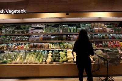 2주째 계속된 폭염으로 채솟값이 급등하고 있는 28일 서울 시내 한 대형마트에서 한 시민이 채소를 고르고 있다. 이날 한국농수산식품유통공사(aT)의 농산물 유통정보에 따르면 상추, 시금치, 깻잎 등 잎채소류 가격이 크게 올랐다. 전날 기준 시금치 도매가격은 4㎏당 3만9360원으로 1년 전(2만520원)의 두 배 수준으로 올랐다. /문호남 기자 munonam@