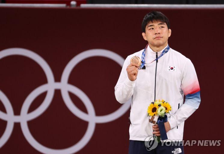 안창림이 지난 26일 일본 도쿄 지요다구 무도관에서 열린 도쿄올림픽 유도 남자 73kg급 시상식에서 동메달을 들어 보이고 있다. [이미지출처=연합뉴스]