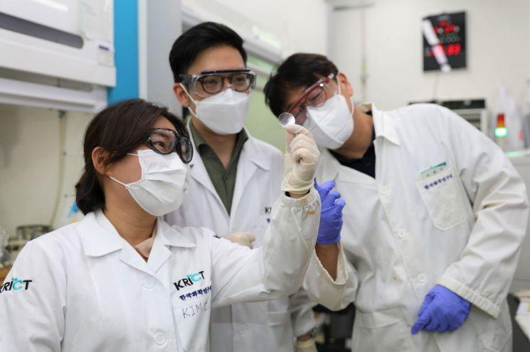 국내 연구진이 일본에서 전량 수입하고 있는 투명 고분자 핵심 소재를 개발했다.      한국화학연구원 고기능고분자연구센터 김용석·박성민 박사 연구팀은 늘어나는 성질을 대폭 향상한 환형 올레핀 기반 투명 고분자 소재를 개발했다고 28일 밝혔다. 사진은 환형 올레핀 고분자 소재로 만든 필름을 들여다보는 화학연 연구팀. 2021.7.28 [이미지출처=연합뉴스]