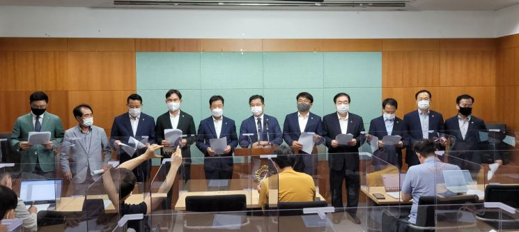전북도의회는 정부의 댐 하류 수해원인 조사용역결과를 강력 규탄하는 기자회견을 28일 가졌다.